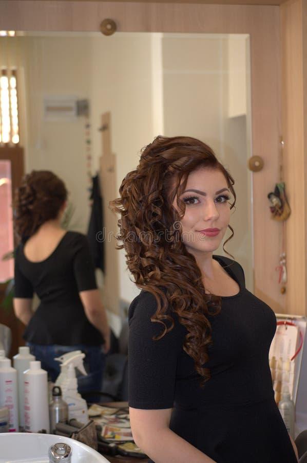 Jovem mulher lindo no salão de beleza fotos de stock royalty free