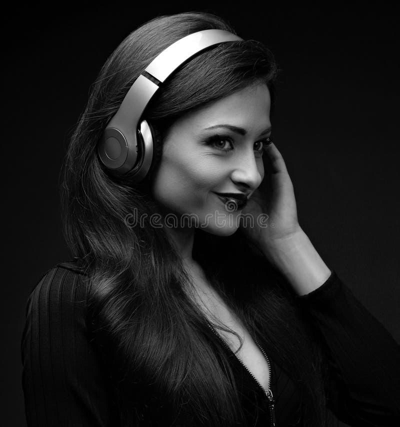 Jovem mulher longa feliz bonita do cabelo que escuta a música no wir imagem de stock royalty free