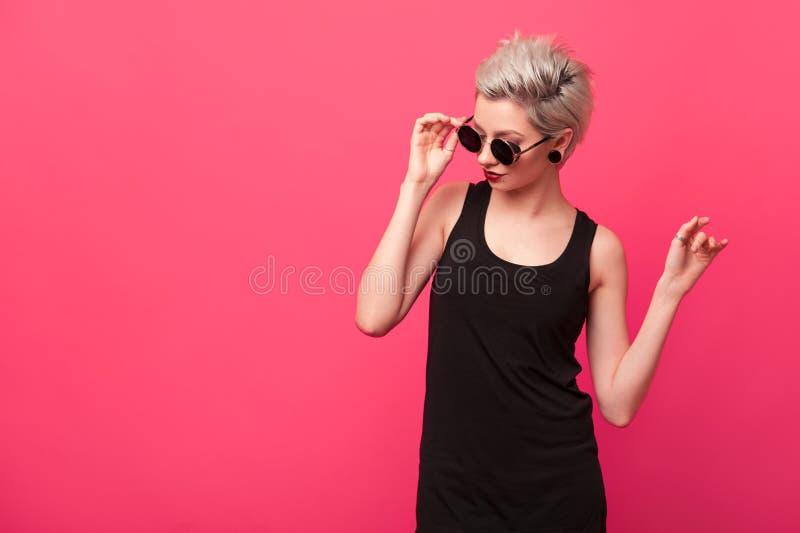 Jovem mulher loura à moda no óculos de sol redondos retros foto de stock royalty free