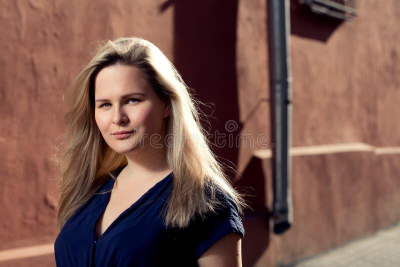 Jovem mulher loura bonita que anda na rua Alargamento para o texto e o projeto Menina do estilo de vida na cidade imagens de stock