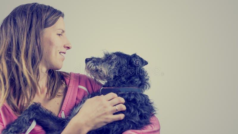 Jovem mulher loving com seu cão de estimação fotos de stock royalty free