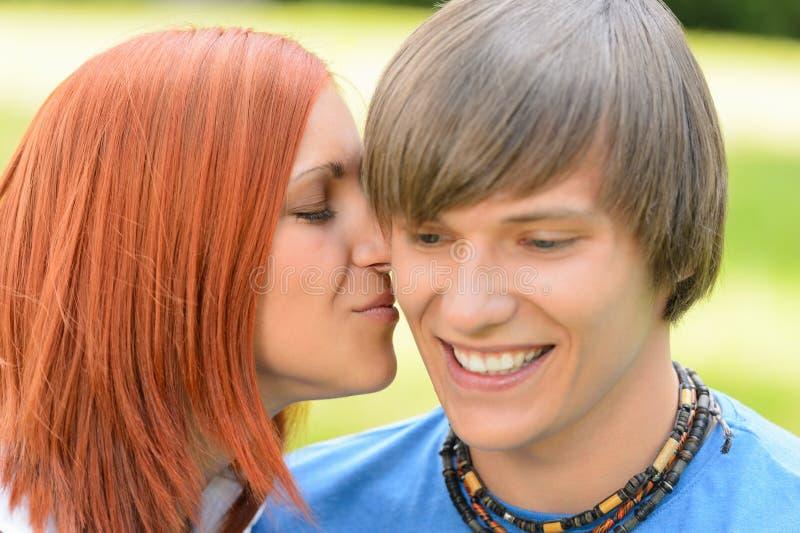 Jovem mulher loving que beija o mordente do noivo imagens de stock