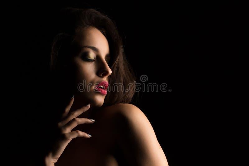 Jovem mulher luxuoso com a composição brilhante que levanta com shoul despido imagens de stock royalty free