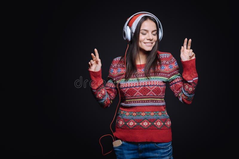 Jovem mulher meditativo que escuta a música e a dança imagem de stock