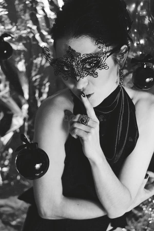 Jovem mulher misteriosa na máscara preta fotografia de stock royalty free