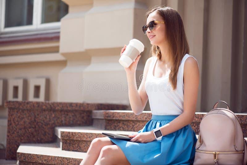 Jovem mulher moderna em uma cidade grande imagens de stock