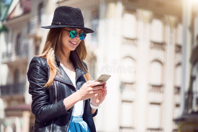Jovem mulher moderna em uma cidade grande foto de stock