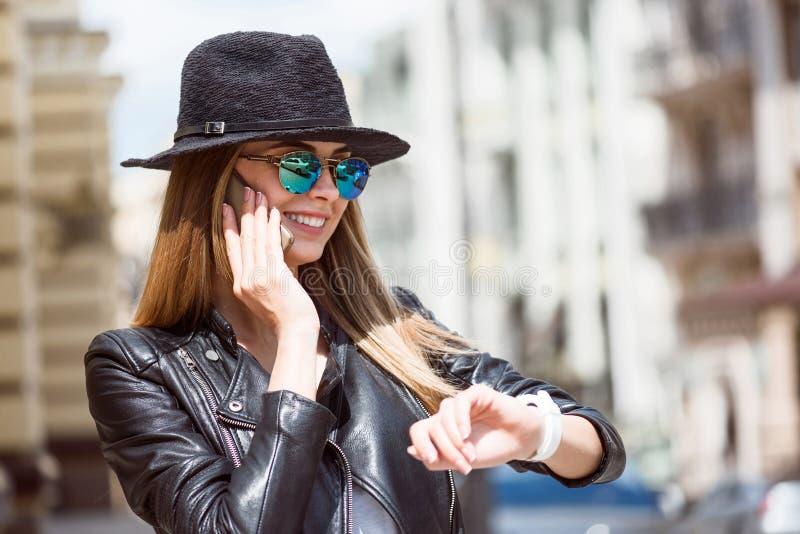 Jovem mulher moderna em uma cidade grande foto de stock royalty free