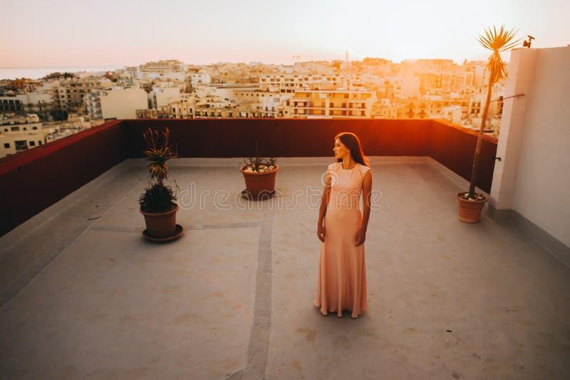 Jovem mulher moreno bonita em um vestido de noite branco foto de stock royalty free