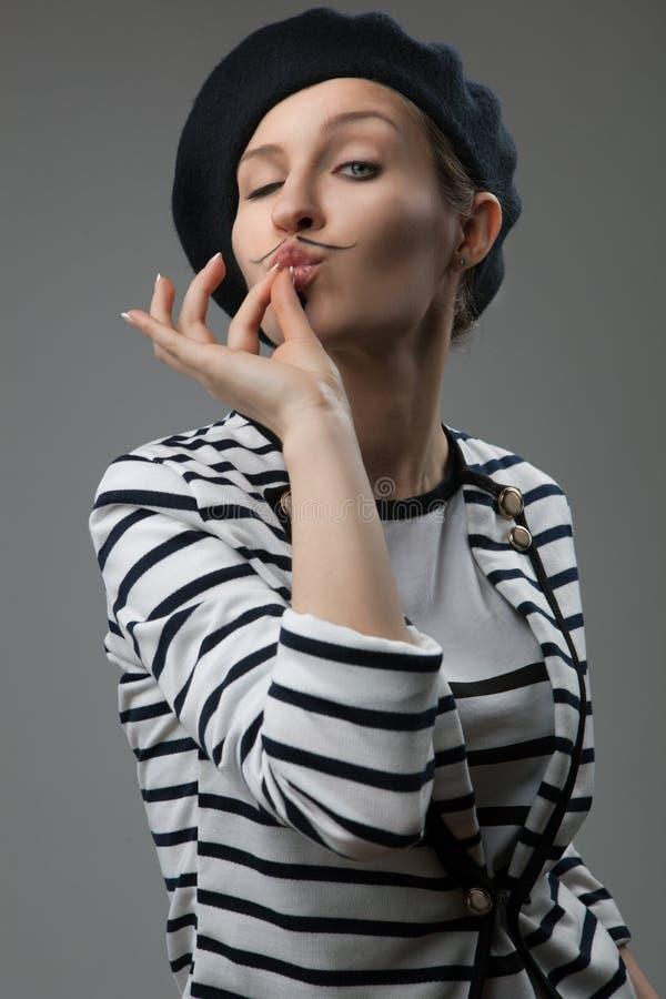 A jovem mulher mostra que o gosto é delicioso foto de stock royalty free