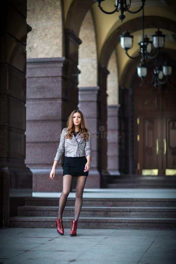 Jovem mulher muito bonita na rua fotografia de stock royalty free