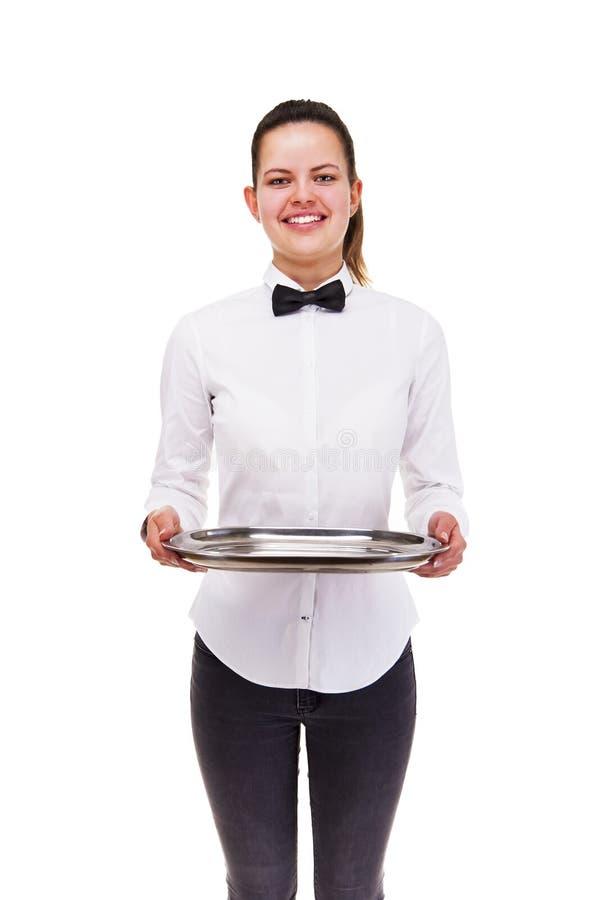 Jovem mulher na bandeja guardando uniforme do garçom isolada sobre b branco imagens de stock royalty free