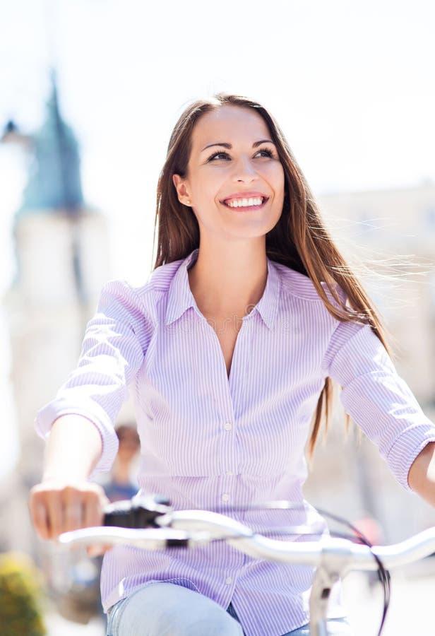 Jovem mulher na bicicleta foto de stock royalty free