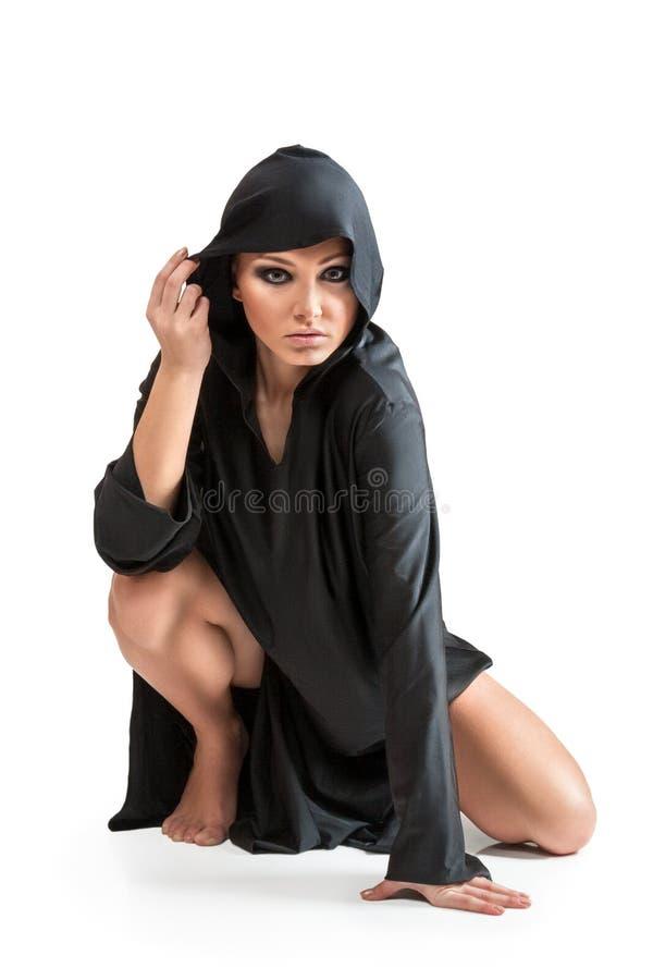 Jovem mulher na capa preta fotos de stock royalty free