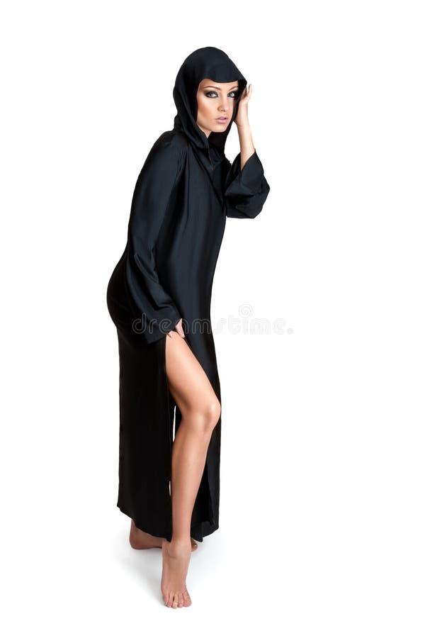 Jovem mulher na capa preta fotografia de stock royalty free