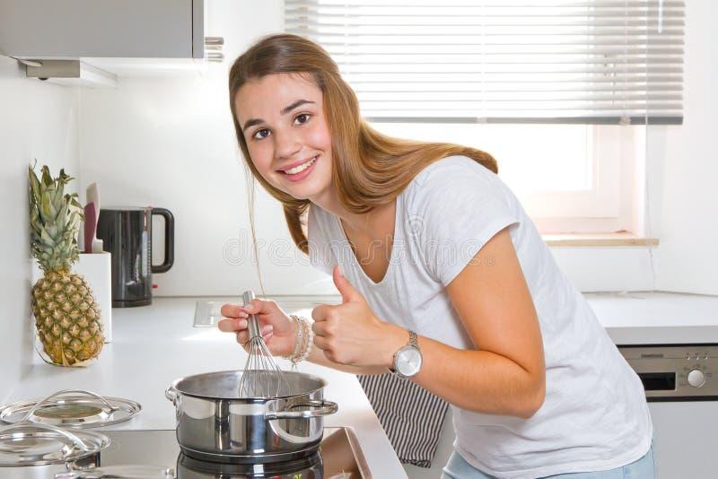 Jovem mulher na cozinha com batida acima fotos de stock