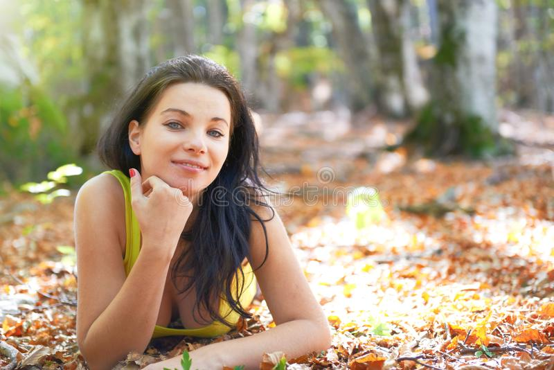 Jovem mulher na floresta do outono fotografia de stock