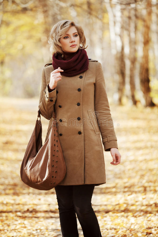 Jovem mulher na floresta do outono foto de stock royalty free