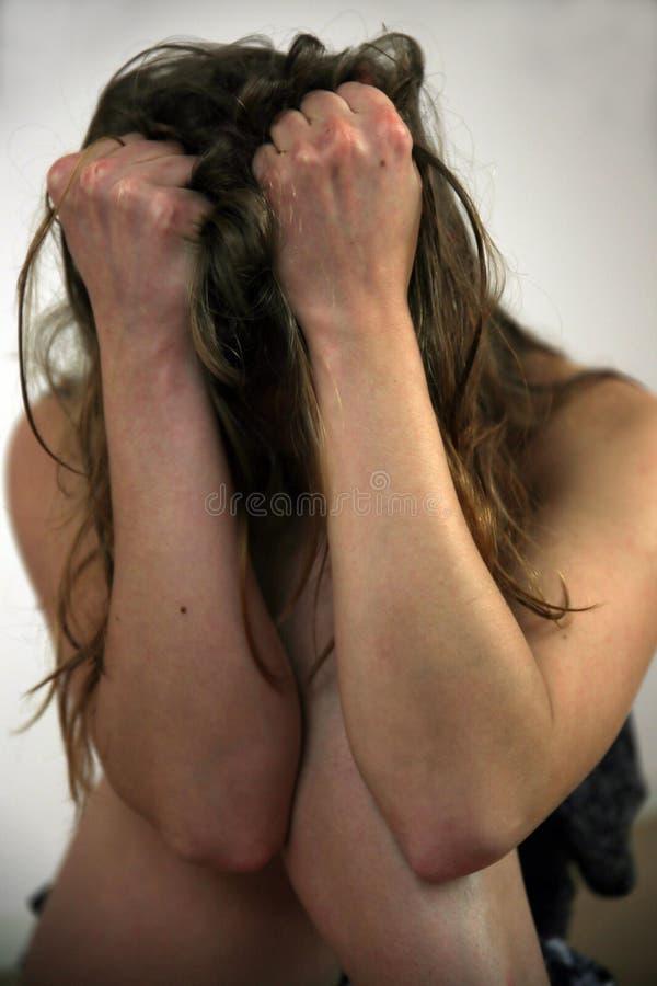 Jovem mulher na frente da câmera em uma sessão fotográfica fotografia de stock