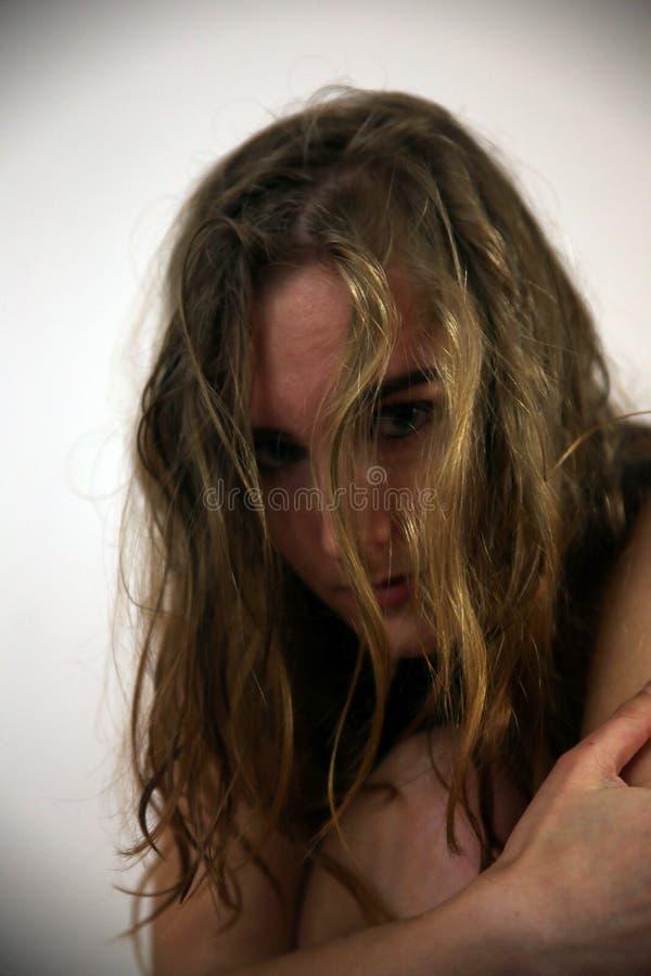 Jovem mulher na frente da câmera em uma sessão fotográfica fotografia de stock royalty free