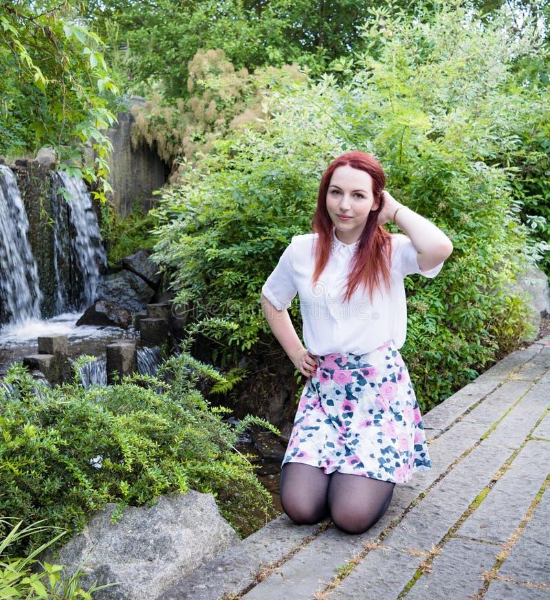 Jovem mulher na frente de uma cachoeira II imagens de stock