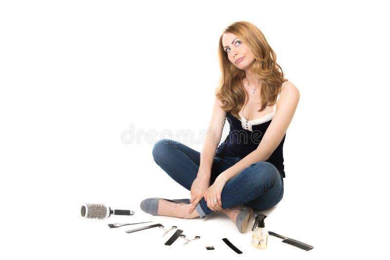 Jovem mulher na frente do equipamento do barbeiro imagem de stock royalty free