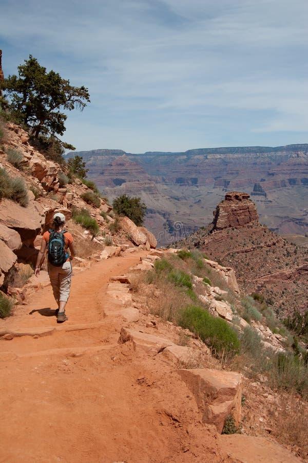 Jovem mulher na fuga de South Kaibab em Grand Canyon fotografia de stock royalty free