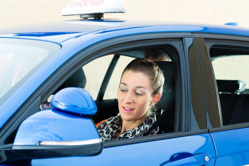 Jovem mulher na lição de condução foto de stock