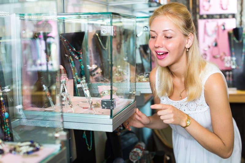 Jovem mulher na loja do bijouterie foto de stock royalty free