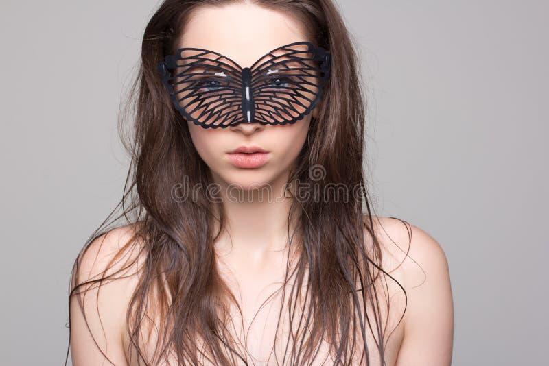 Jovem mulher na máscara da fetiche foto de stock