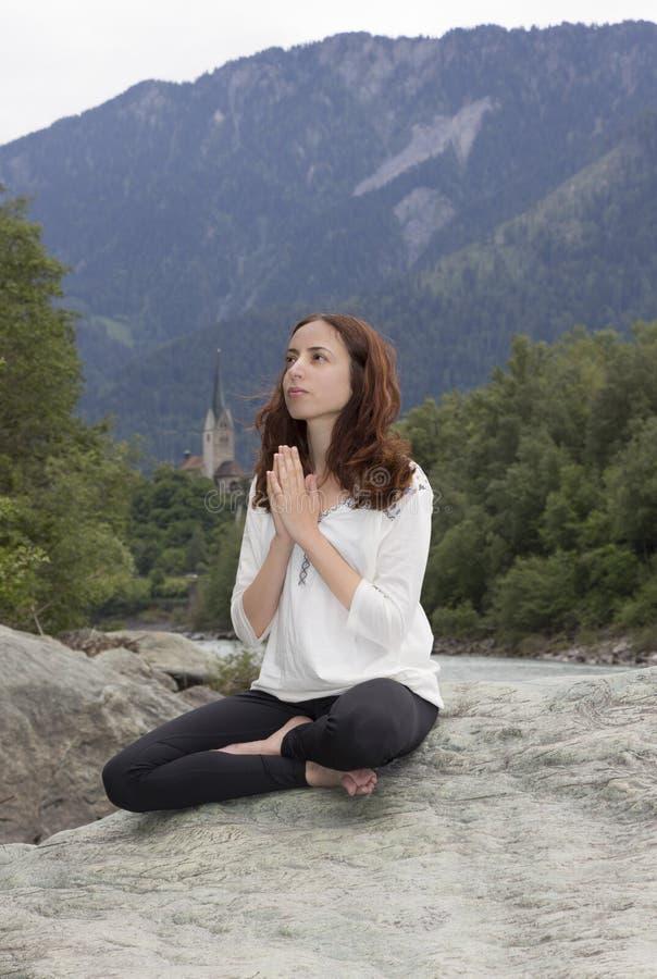 Jovem mulher na meditação fora fotografia de stock