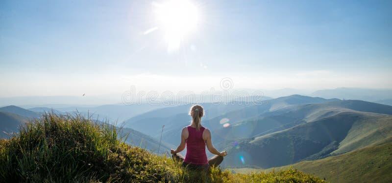Jovem mulher na parte superior da montanha fotografia de stock royalty free