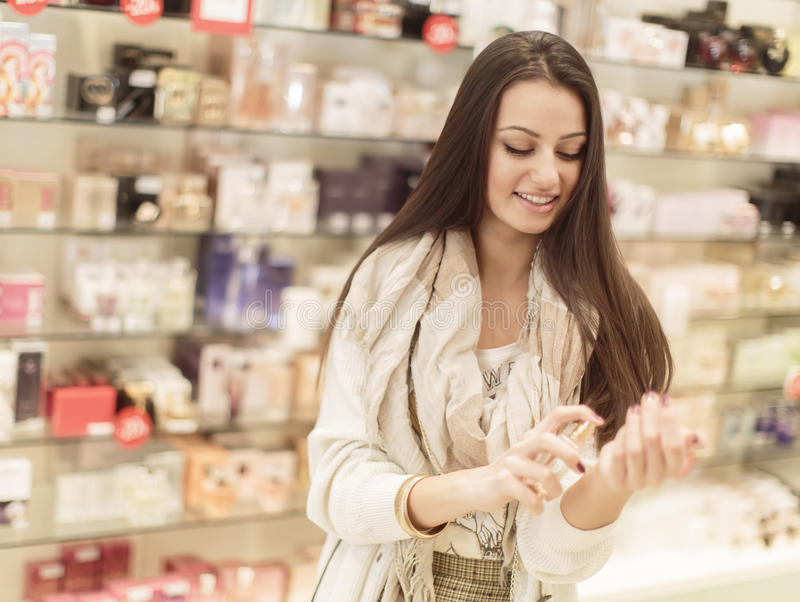 Jovem mulher na perfumaria imagens de stock