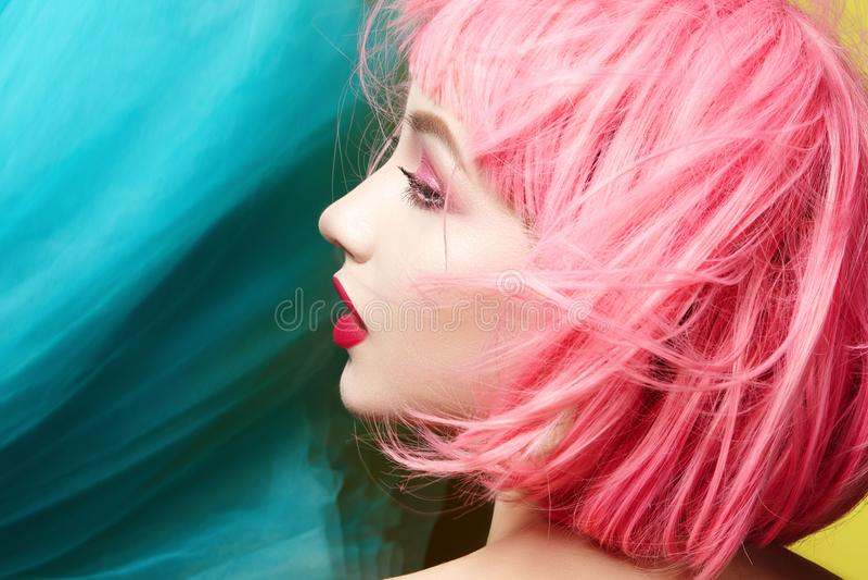 Jovem mulher na peruca cor-de-rosa Modelo bonito com composição da forma Olhar brilhante da mola Cor 'sexy' do cabelo, penteado m fotografia de stock