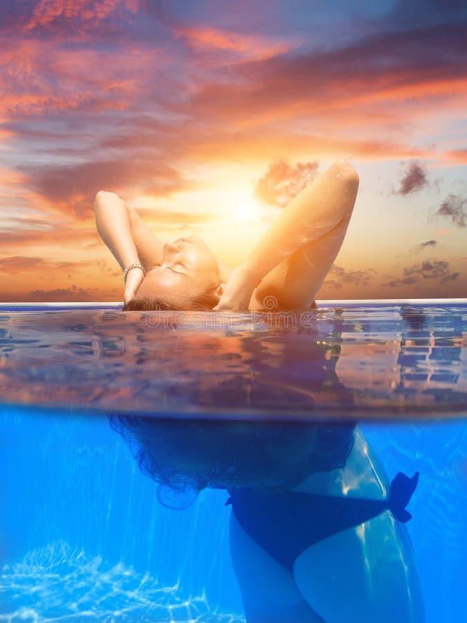 Jovem mulher na piscina foto de stock