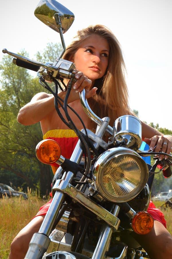 Jovem mulher na roda da bicicleta fotografia de stock