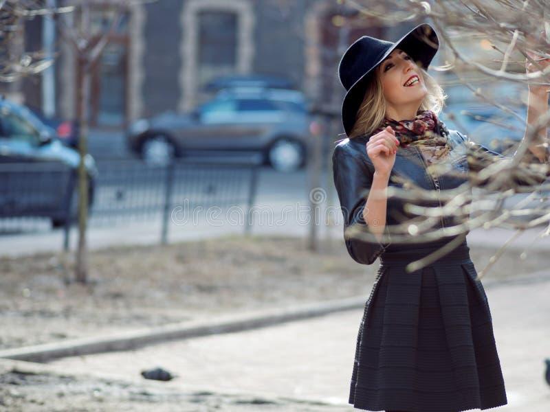 Jovem mulher na roupa à moda na perspectiva da cidade, retrato romântico Retrato do louro encantador no stree fotografia de stock royalty free
