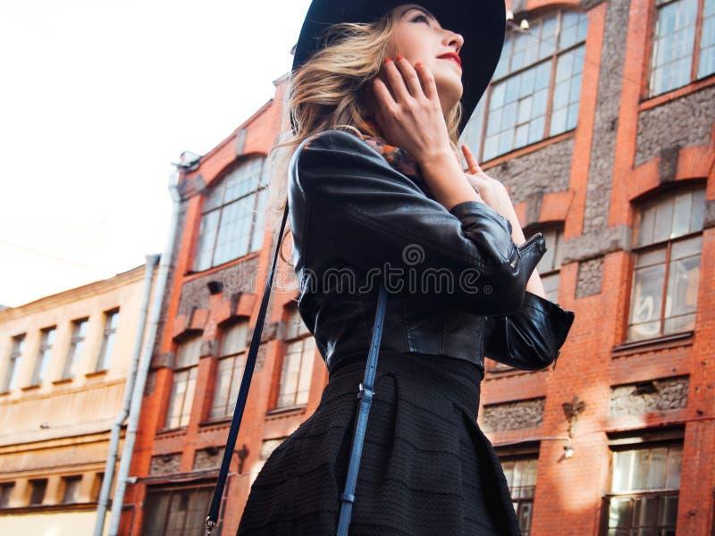 Jovem mulher na roupa à moda na perspectiva da cidade, retrato romântico Retrato do louro encantador no stree foto de stock royalty free