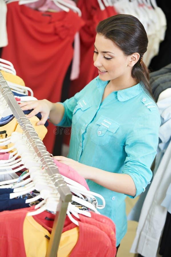 Jovem mulher na roupa das camisas imagens de stock