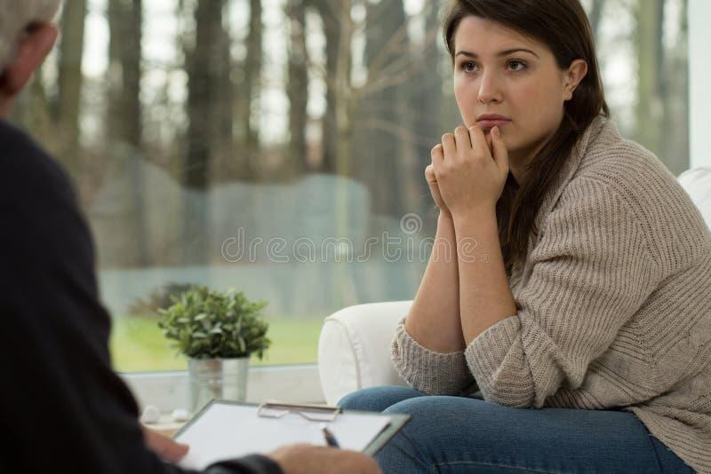 Jovem mulher na sessão da psicoterapia fotos de stock
