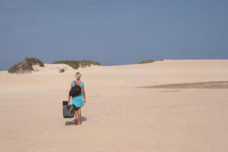 Jovem mulher nas areia-dunas e na praia, Fuerteventura imagem de stock royalty free