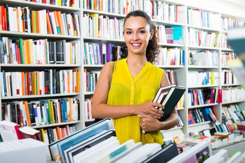 Jovem mulher nas livrarias fotografia de stock