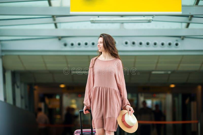 Jovem mulher no aeroporto internacional fotos de stock