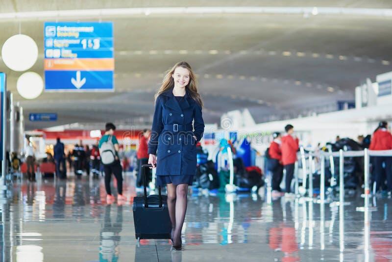 Jovem mulher no aeroporto internacional fotografia de stock royalty free