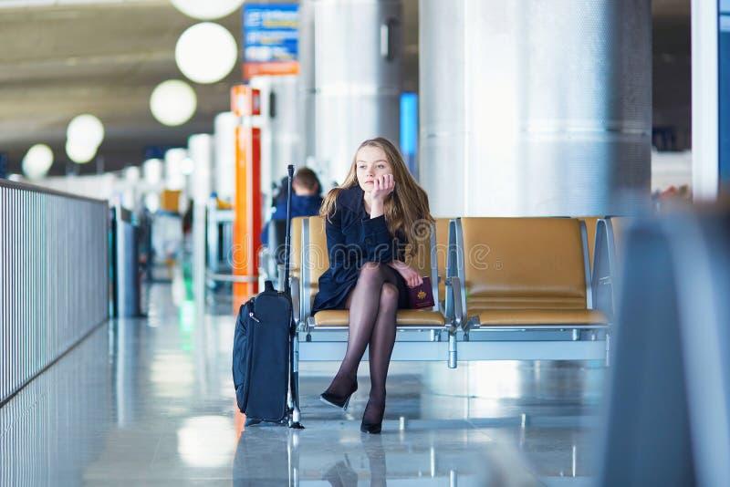Jovem mulher no aeroporto internacional fotografia de stock