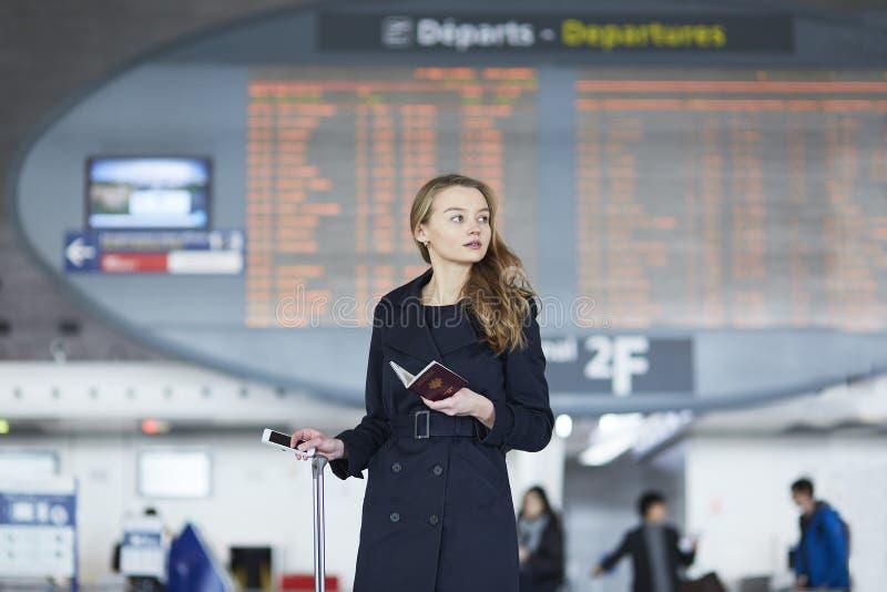 Jovem mulher no aeroporto internacional imagem de stock