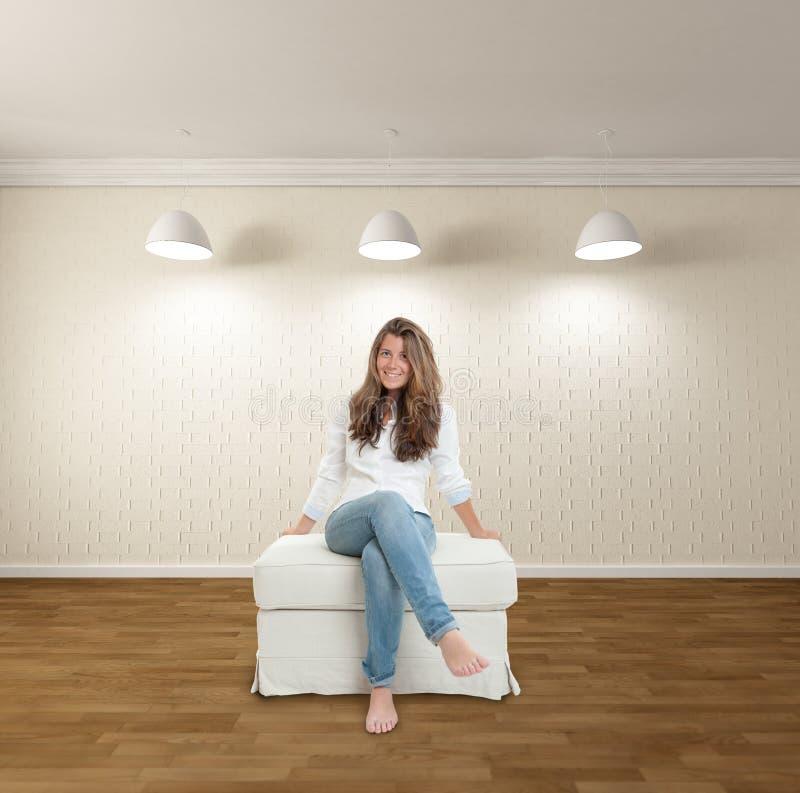 Jovem mulher no apartamento minimalista imagens de stock royalty free