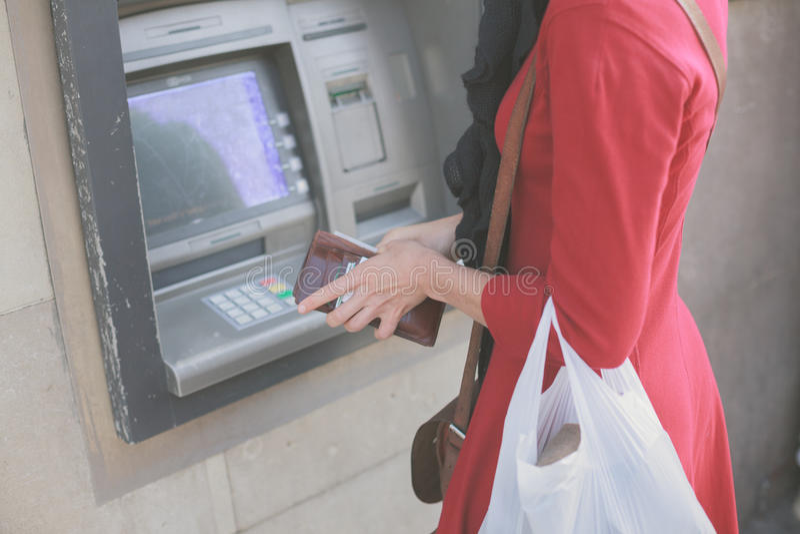Jovem mulher no ATM imagem de stock royalty free