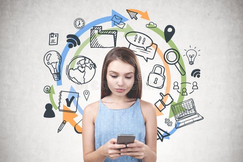 Jovem mulher no azul, ícones do computador fotos de stock royalty free