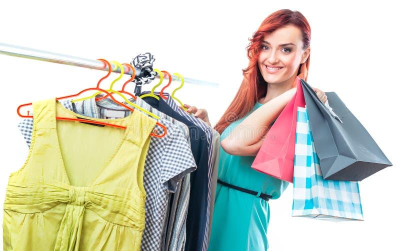 Jovem mulher no boutigue com sacos de compras fotografia de stock royalty free